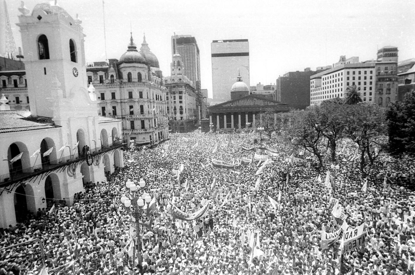 Después de los años oscuros de la dictadura, el fervor popular se vivió en las calles