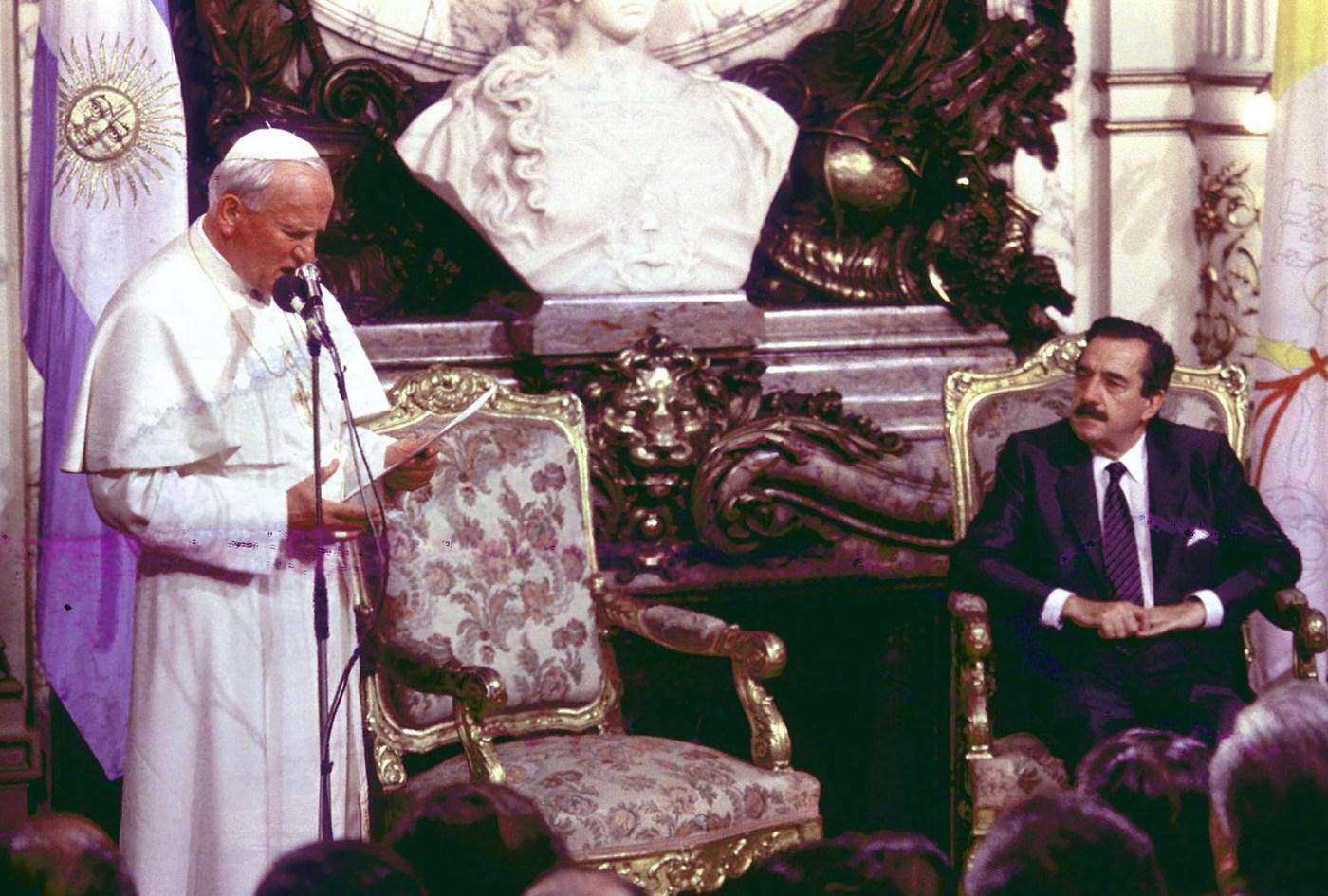 En abril de 1987. Junto al papa Juan Pablo II durante su segunda visita al país, en el salón Blanco de Casa de Gobierno