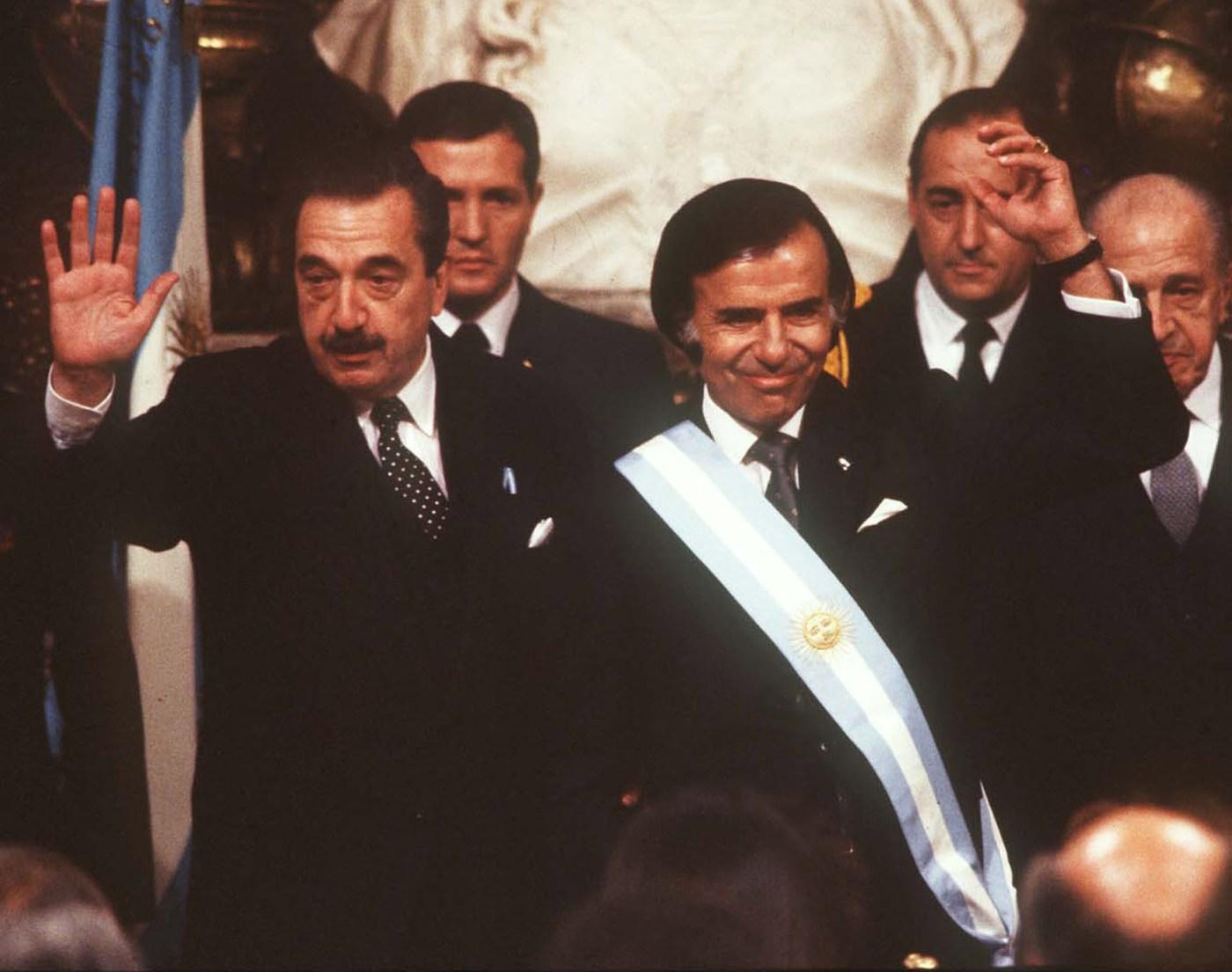 Con Carlos Menem,durante la ceremonia de traspaso de mando.
