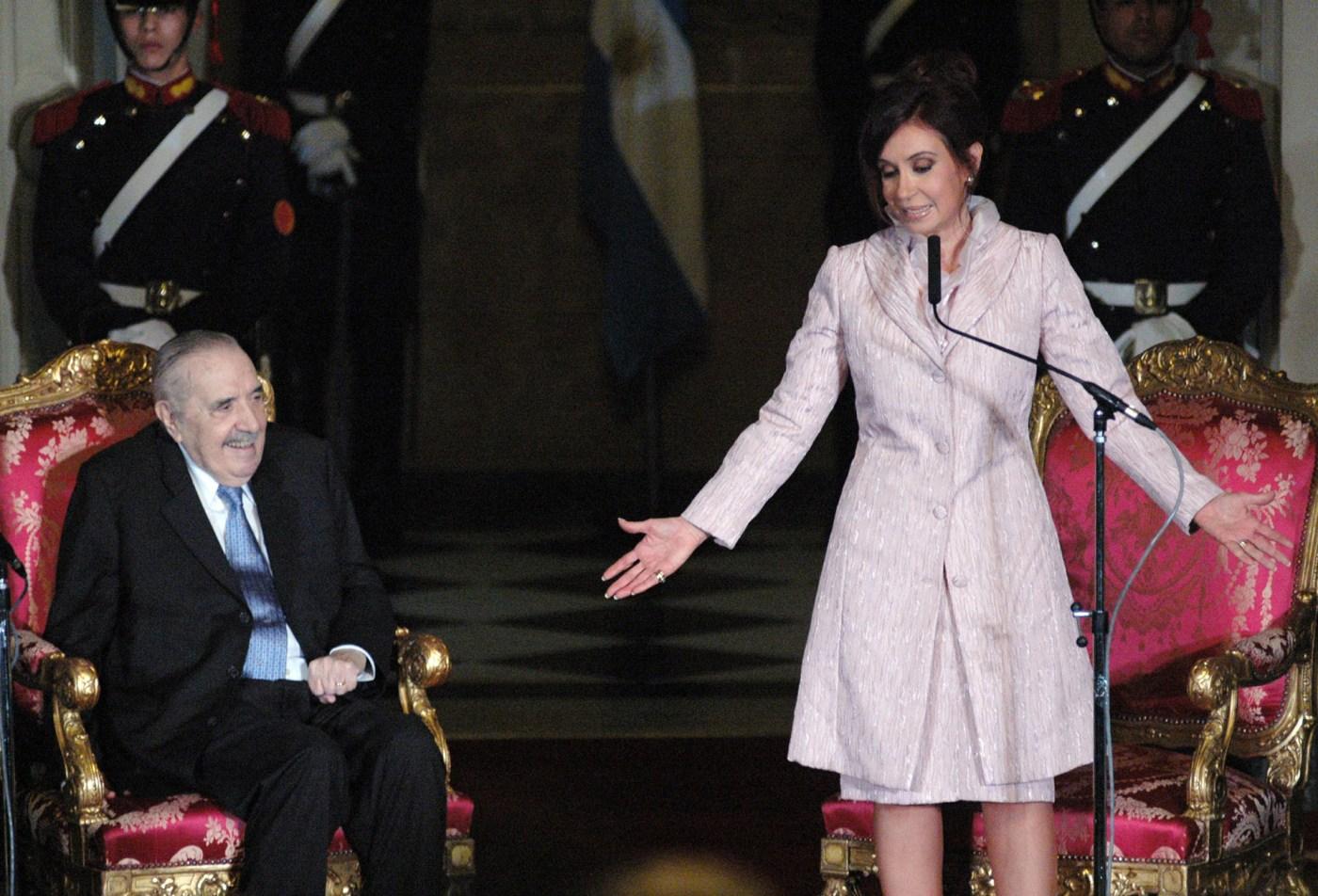 En octubre de 2008 la entonces presidenta Cristina Fernandez de Kirchner encabezó un acto juntoal ex presidente en el Salón de Bustos de la Casa Rosada, donde fue descubierto un monumento en su homenaje