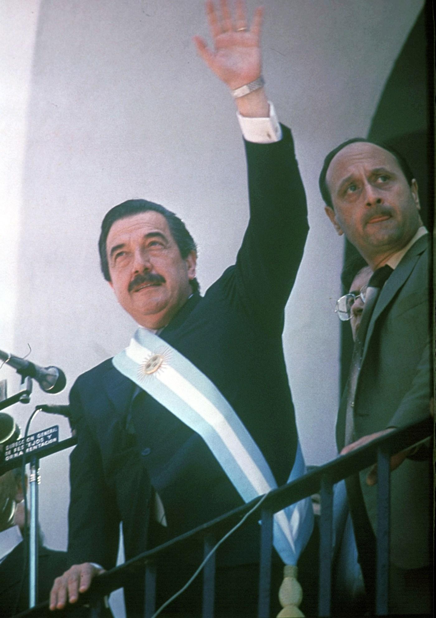 El mandatario eligió un balcón del Cabildo para dar uno de sus primeros discursos como presidente