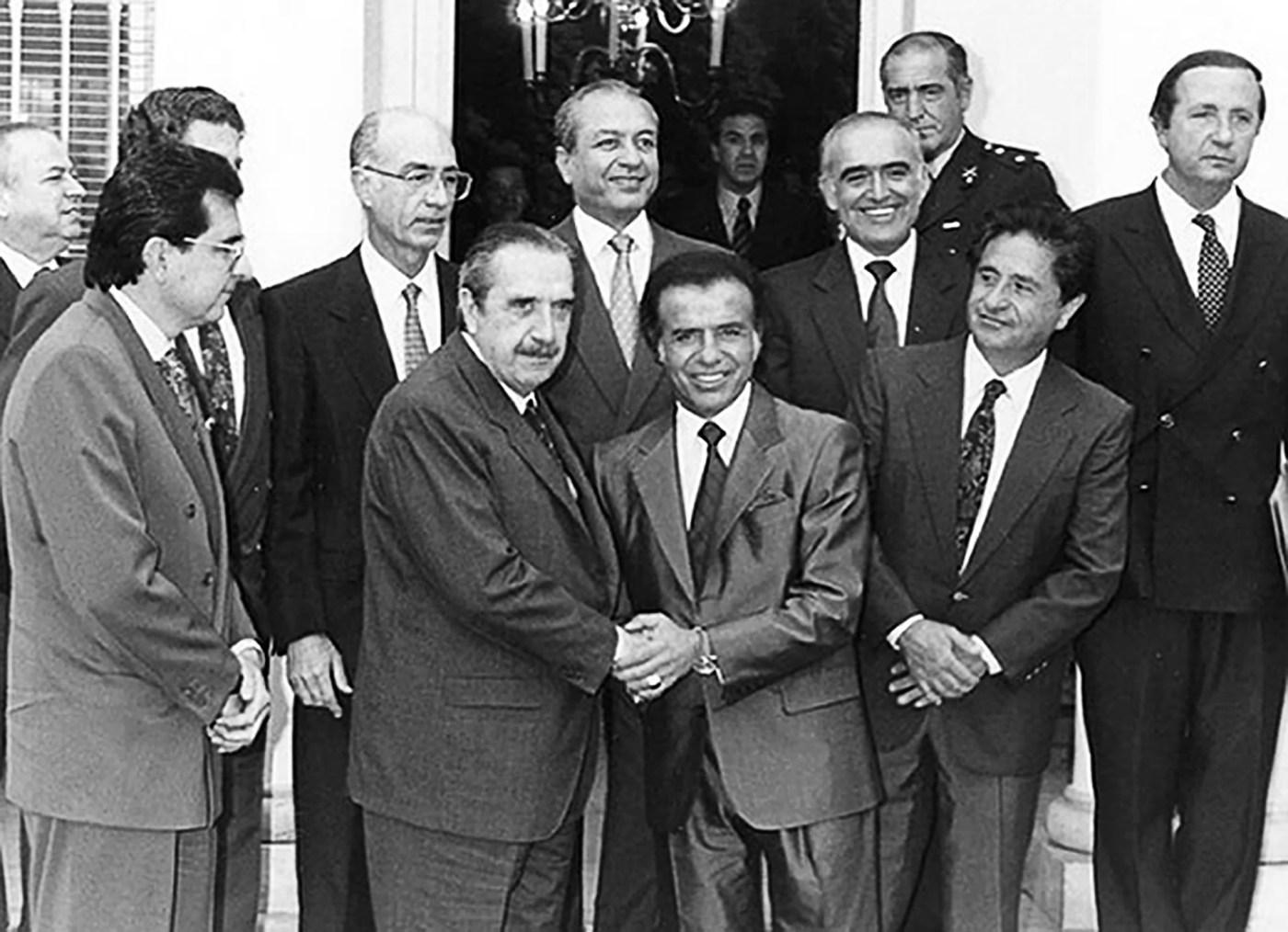 En 1993 tuvo lugar el Pacto de Olivos, un acuerdo entre Carlos Menem y Raúl Alfonsín para modificar la Constitución nacional y habilitar la reelección por primera vez en la historia argentina