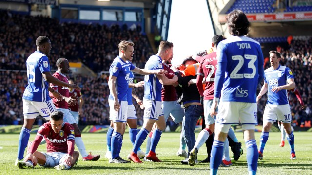 Jugadores del Birmingham intentaron detener al aficionado
