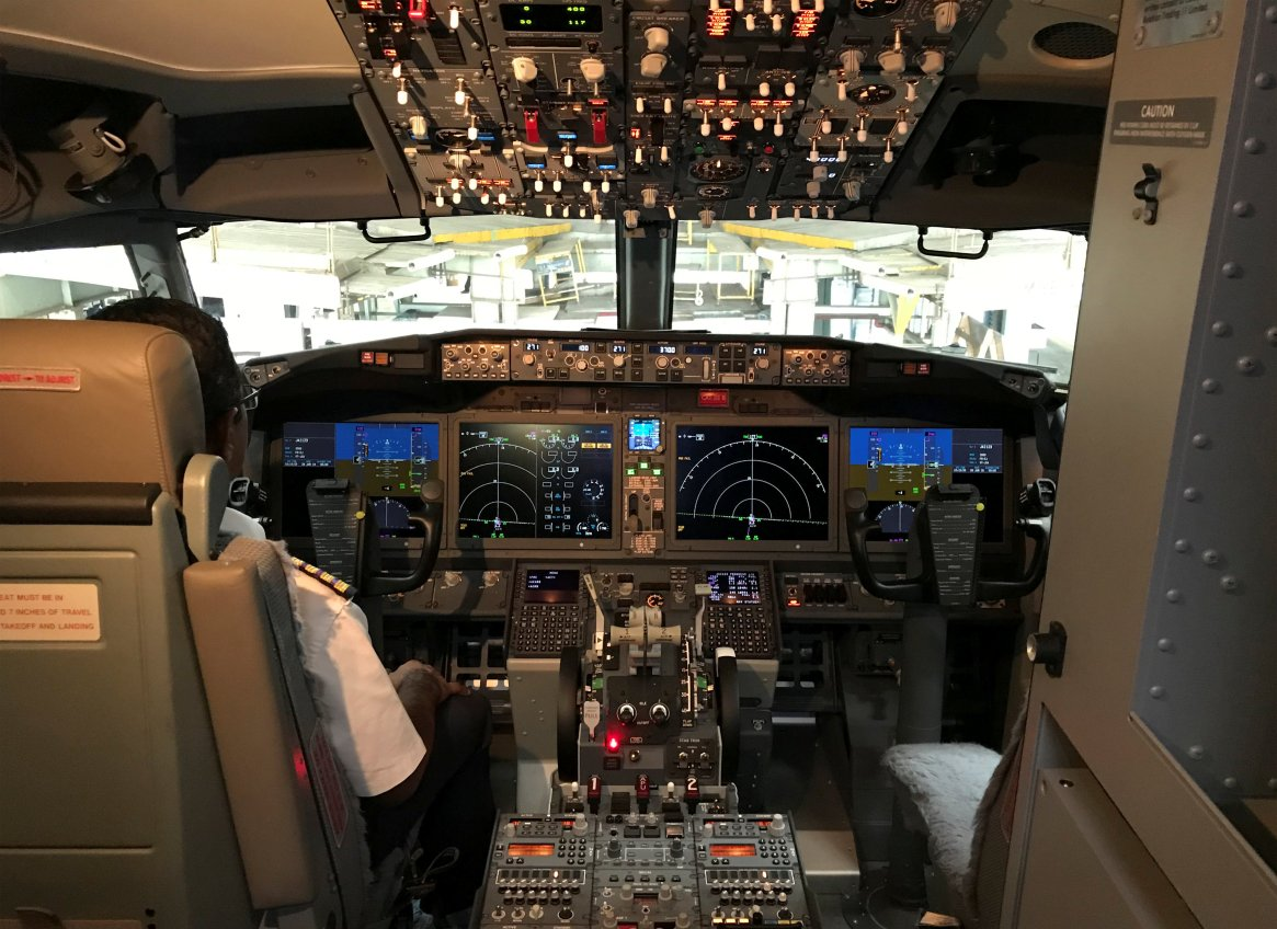 La cabina de piloto de un Boeing 737 MAX 8 de Jet Airways (REUTERS/Abhirup Roy)