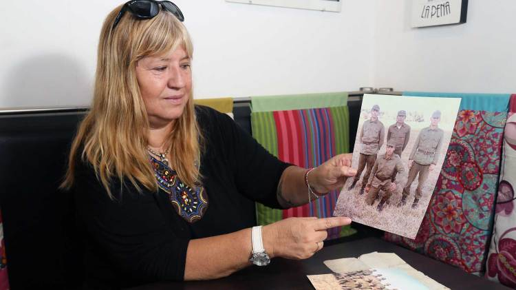 Mabel muestra la foto de Víctor (arrodillado) junto a sus compañeros del Regimiento 7 de La Plata. Foto: Giovanni Sacchetto/DEF.