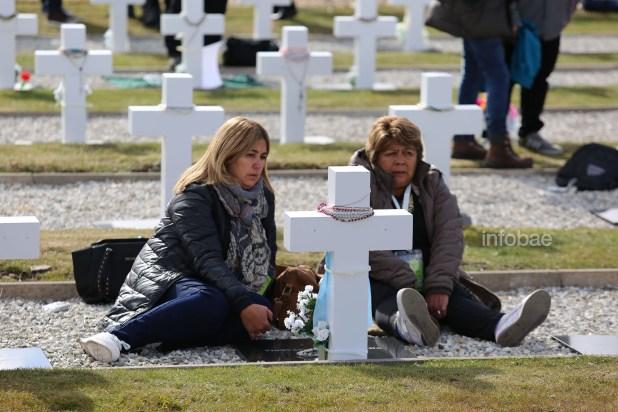 Durante la entonación del gaitero de la Guardia Escocesa y durante las palabras del padre Ponciano Acosta algunos familiares optaron por quedarse junto a la cruz de su familiar caído