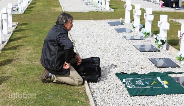 La madre de Ramón Ángel Cabrera le dejó a su hijo una bandera con la sigla del regimiento de infantería de Chubut y una carta escrita por el propio soldado cuando se encontraba combatiendo en Malvinas