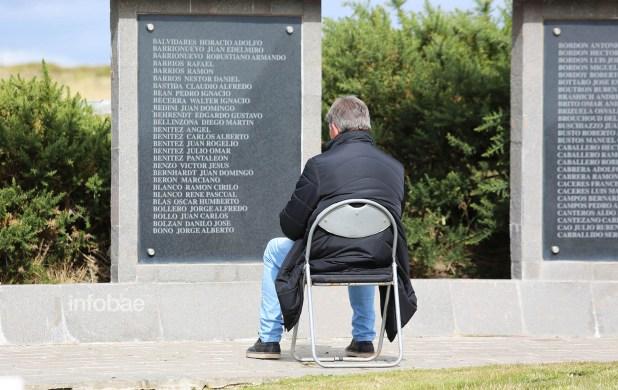 Uno de los familiares contempla la lista de soldados argentinos muertos durante la Guerra de Malvinas