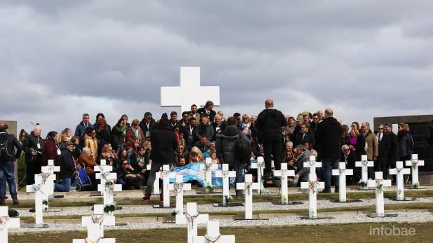 Los preparativos de los familiares para realizar la mítica foto grupal, sobre el final de la ceremonia. Por primera los isleñosaceptaron que se desplegara una bandera argentina como homenaje a los caídos