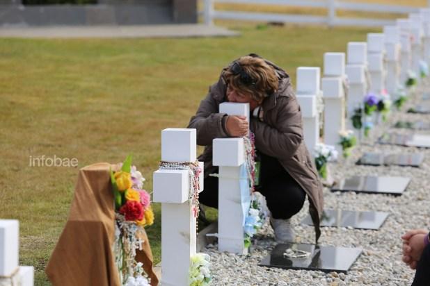 Hubo familiares que pasaron largos minutos abrazados en silencio a las cruces de las tumbas de sus seres queridos