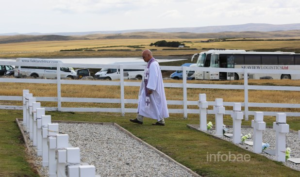 El padre Ponciano Acosta, familiar del gendarme GumersindoAcosta, muerto en la guerra de 1982, brindó una misa para todos los familiares