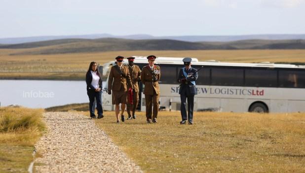 Representantes de la Guardia británica recibieron una corona de flores para depositar en el cementerio de San Carlos