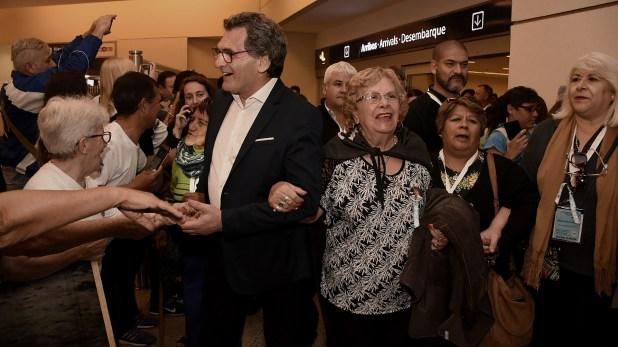 El secretario Claudio Avruj arribó a Ezeiza del brazo de una de las madres de los soldados identificados que viajó al Cementerio de Darwin