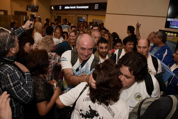 Los 65 familiares regresaron a Ezeiza cerca de las seis y media de la tarde. Fueron recibidos por otros integrantes de la Comisión de Familiares de Caídos y por ex combatientes