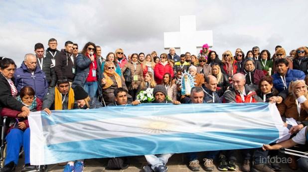 La mítica foto grupal de los familiares, junto a una bandera desplegada. La presidenta de la Comisión de Familiares de Caídos en Malvinas, Fernanda Araujo, dio un discurso emotivo en el cierre de la ceremonia