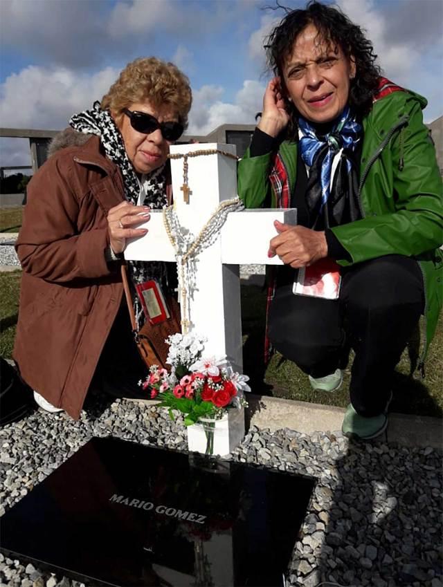 Ramona y Felipa, en la tumba de su hermano en el cementerio de Darwin. Foto: Gentileza Ramona Gómez.