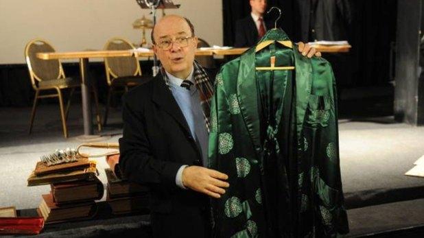 Rotundo exhibiendo una prenda de Perón durante una de las subastas de bienes del ex presidente
