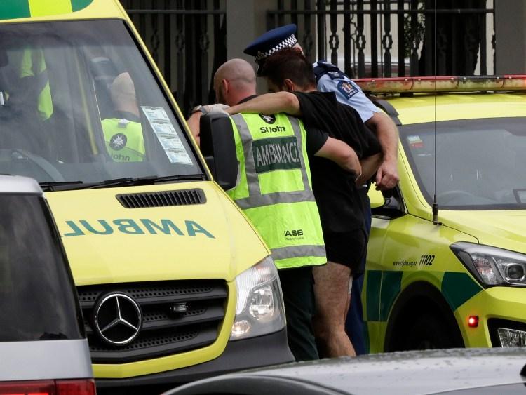 Un herido es asistido por un policía y paramédico. (AP Photo/Mark Baker)