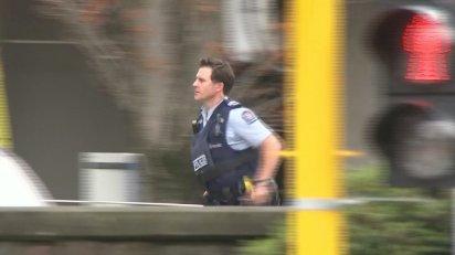 Un agente de policía mientras responde al tiroteo (TVNZ/via REUTERS TV)