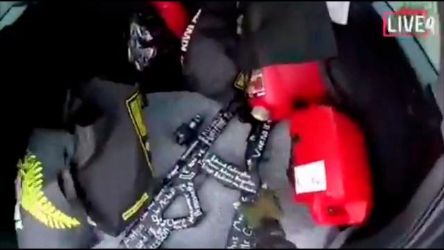 Un arma en el vehículo del atacante, en una captura de pantalla del video que este grabó (AP Foto)