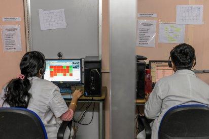 Médicos en Aravind comunicándose con uno de los pequeños centros de visión que el hospital opera en muchas de las ciudades y poblaciones alrededor de Madurai (Atul Loke para The New York Times)