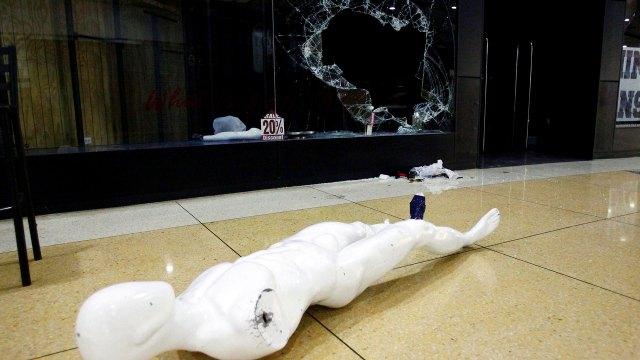 Los saqueos se produjeron contra tiendas de comida, pero también de cosméticos, ropa y agencias de viaje (Reuters)