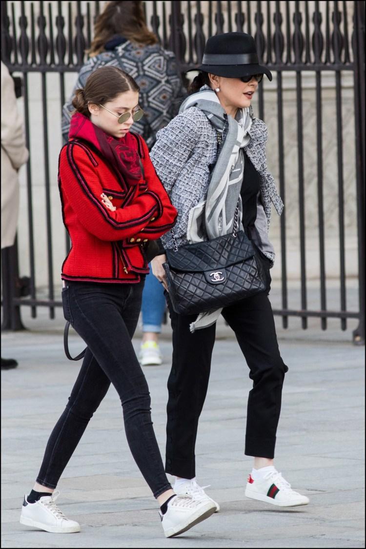 Madre e hija paseando por París y lookeadas estiloChanel.