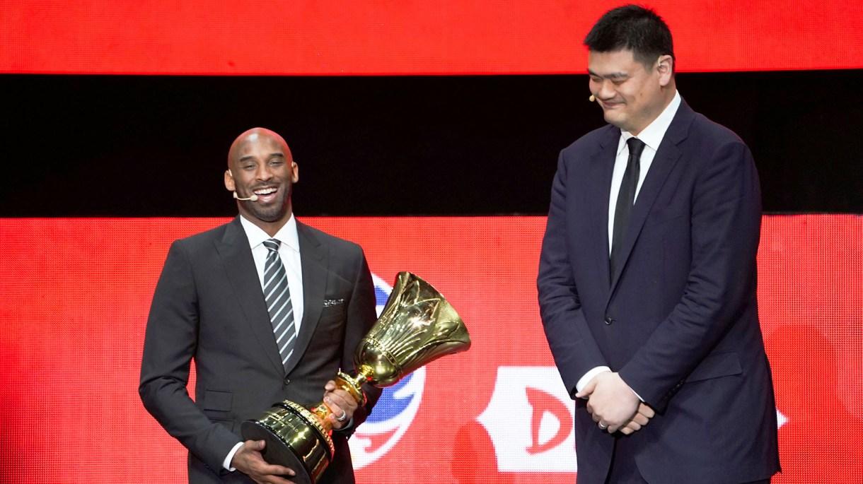 Kobe Bryant junto a Yao Ming, una leyenda del básquet chino, presentes en el sorteo del Mundial en China. (REUTERS)