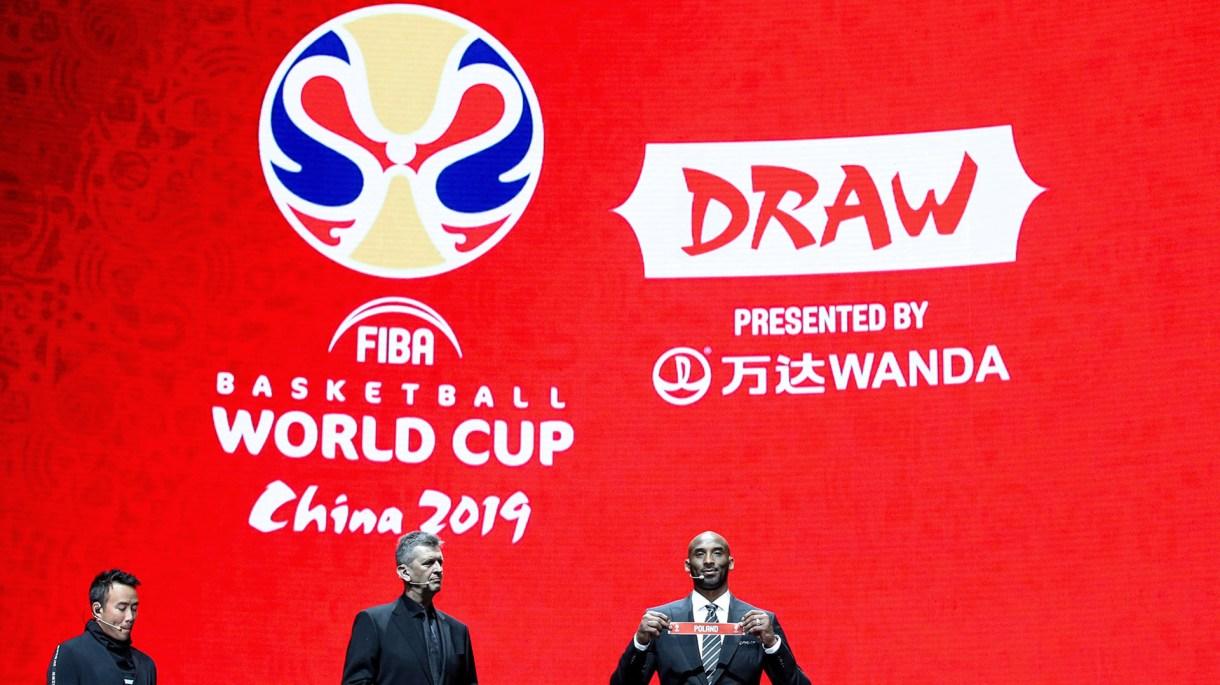 Kobe Bryant fue el encargado de sacar las bolillas de todas las selecciones que participaron del sorteo. (REUTERS)