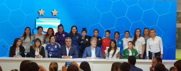 En la presentación del sábado en el predio de Ezeiza, jugadoras argentinas rodean al presidente de la AFA y al titular de Futbolistas Agremiados