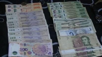La Policía también incautó un gran cantidad de dólares y pesos
