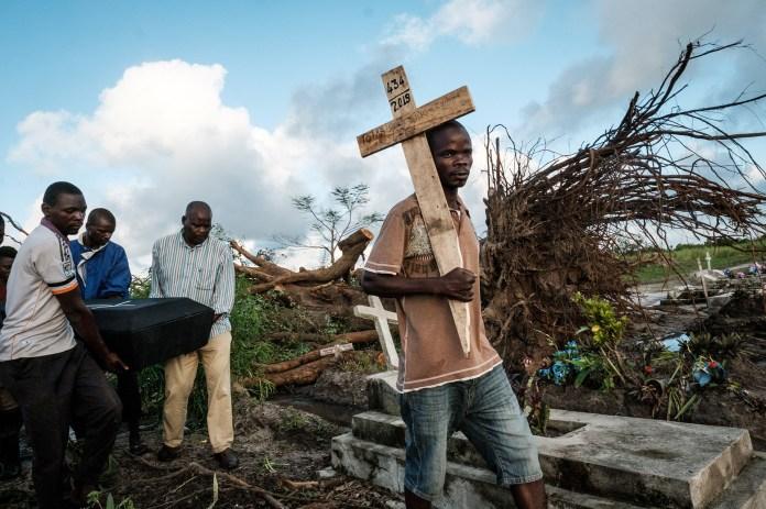 La gente lleva el ataúd de Tomas Joaquim Chimukme durante su funeral, después de que su casa se derrumbó luego de un fuerte ciclón que golpeó a Beira, Mozambique, el 20 de marzo. (Photo by Yasuyoshi CHIBA / AFP)