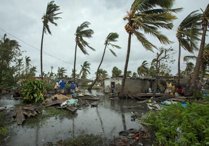 Varios residentes inspeccionan los daños causados por el paso del ciclón Idai en la provincia de Sofala, en el centro de Mozambique, el pasado 16 de marzo (EFE/ Josh Estey)