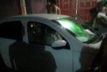 La gente inmediatamente rodeó el auto en el que fue acribillado el padre (Captura de pantalla)