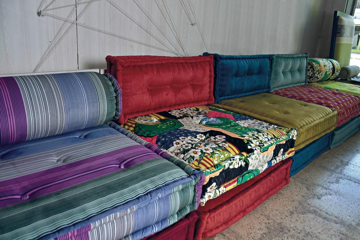 Sillones componibles con diseño de colchones antiguos y divertidos tapizados.