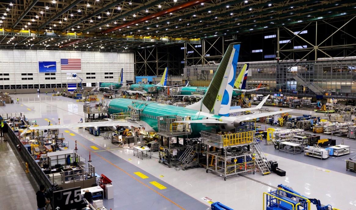 Un Boeing 737 MAX en producción. La compañía ha tenido que reducir la producción de su producto estrella, empañado por los dos recientes accidentes (Foto: AP)