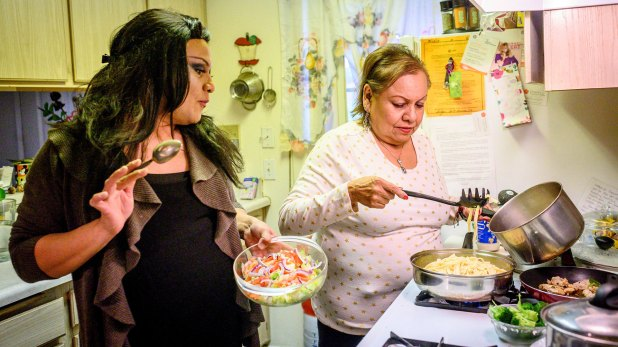Enriquez cocina junto a su madre, en Calexico (The New York Times)
