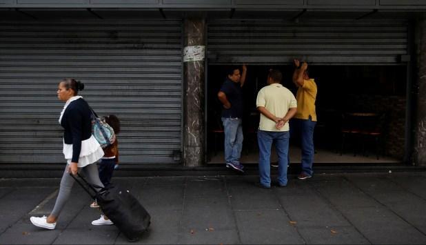 Los comercios permanecen cerrados y la crisis económica se agrava aún más (Reuters)