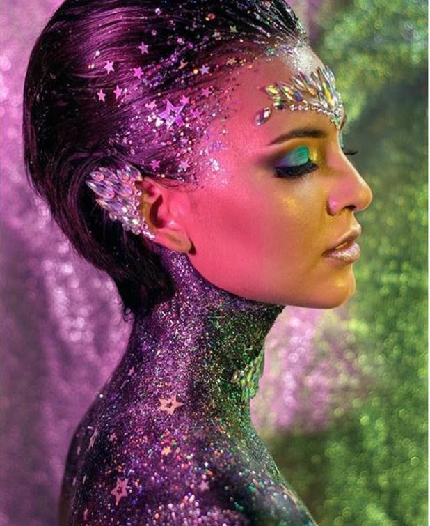 Cuello, frente, orejas y cabello con glitter y gemas, un trabajo realizado para una producción especial de campaña (Dana González)