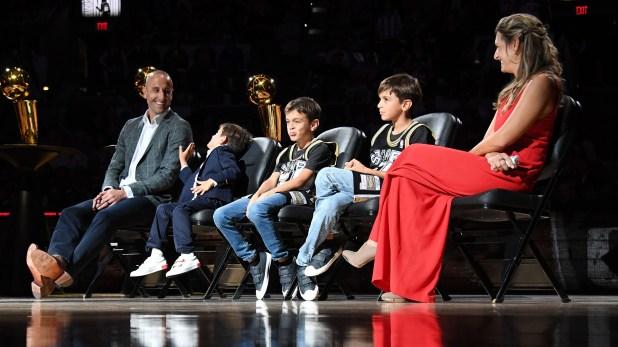 Ginóbili junto a su familia en la ceremonia de retiro de la camiseta 20 de los Spurs (AFP)