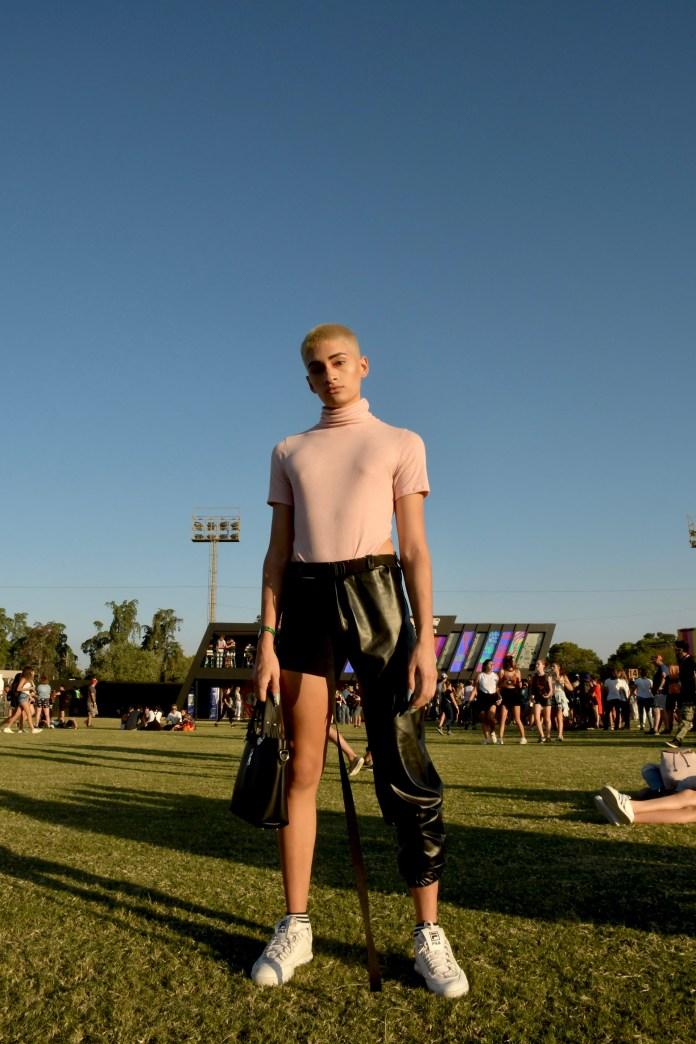 Polera y pantalón short. Un look fashionista e innovador en el Lolla. Con zapatillas y cartera.