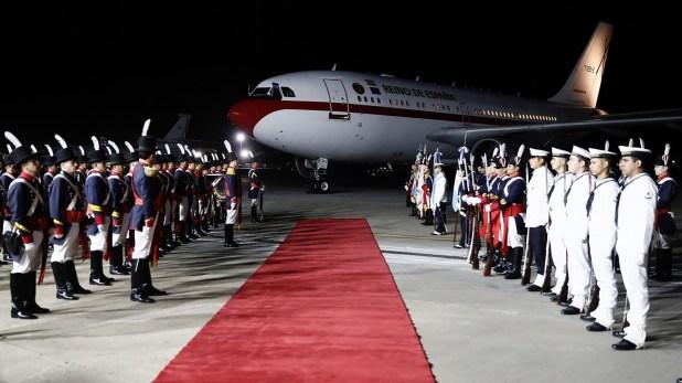 A su llegada a Aeroparque los Reyes debieron permanecer en el avión durante una eterna hora por una falla con la escalera de descenso. Una vez resuelto el problema, el canciller Jorge Faurie fue dado de alta de un ACV seguido de un coma 4.