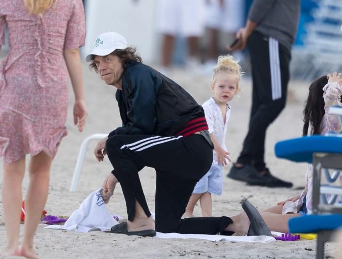 Después de cancelar su show, Jagger pasó unos días en la playa con su esposa Melanie Hamrick y su hija Deveraux