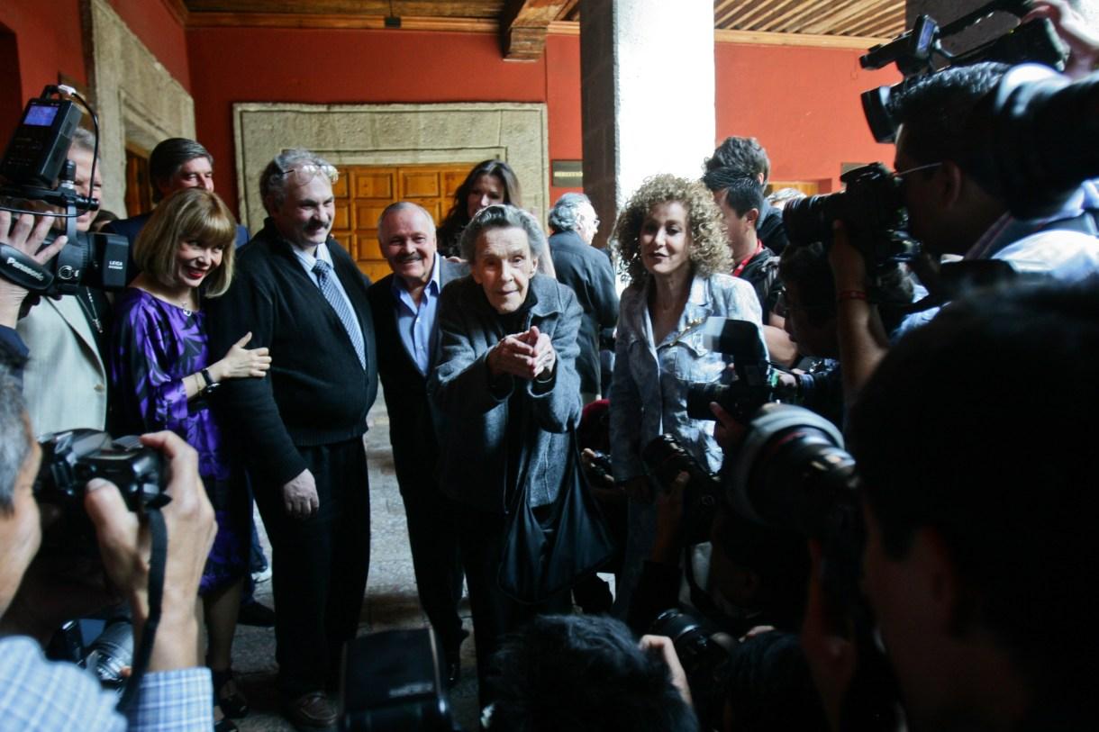 Leonora Carrington bromea con fotógrafos en el Museo José Luis Cuevas (FOTO: ISAAC ESQUIVEL/CUARTOSCURO)