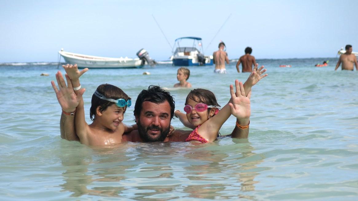 Guido, después del alta, junto a sus hijos.