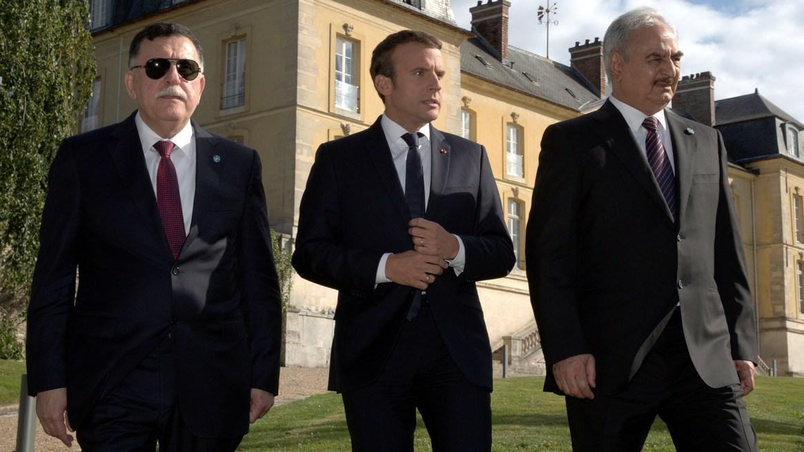 Emmanuel Macron trató de mediar entre Fayez al-Sarraj (izquierda), primer ministro de Libia, y el mariscal Jalifa Haftar (derecha), en París, el 25 de julio de 2017 (Reuters)