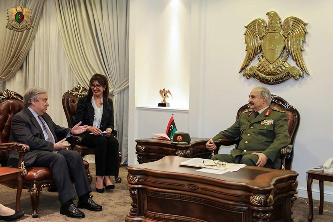 El secretario general de las Naciones Unidas, Antonio Guterres, se reunió con Haftar en Bengasi un día después de que el mariscal comenzara la avanzada sobre Trípoli (Reuters)
