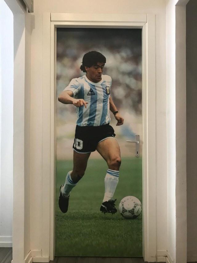 En las oficinas de Cornersport son fanáticos de Diego Maradona y, por eso, una gigantografía suya decora una de sus puertas