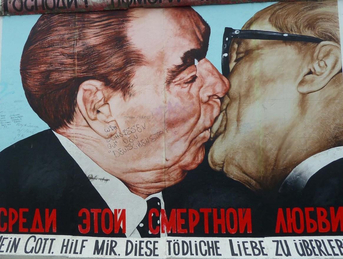 En el Muro de Berlín, un gran mural mantiene vivo el beso entre el premier soviético Leonidas Brézhnev y Erich Honecker, presidente de la República Democrática Alemana en 1979