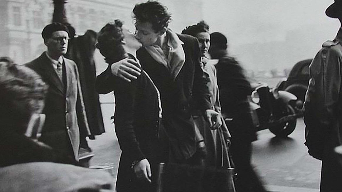 Un beso armado con dos actores: el Beso de parís del fotógrafo Robert Doisneau